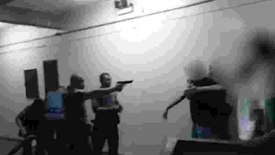 Policial flagrado apontando arma contra estudantes em escola estadual de São Paulo - 18.fev.2020 - Reprodução