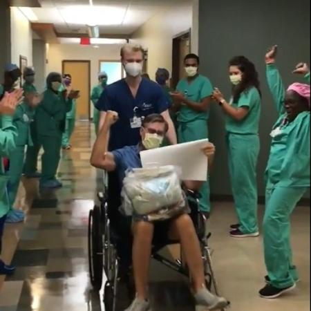 Carl deixou o hospital sob aplausos  - Reprodução/Twittter