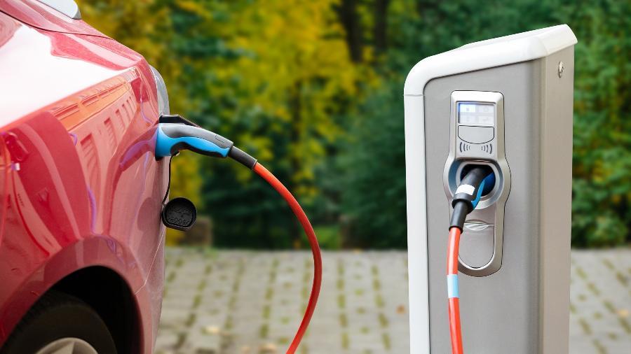 Estação de carregamento de carro elétrico - iStock
