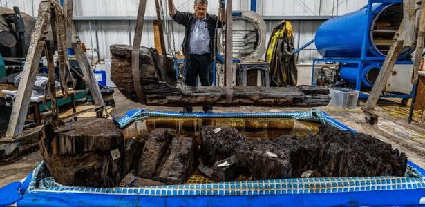 Caixão de 4 mil anos é encontrado   Descoberta acidental estava enterrada em campo de golfe na Inglaterra