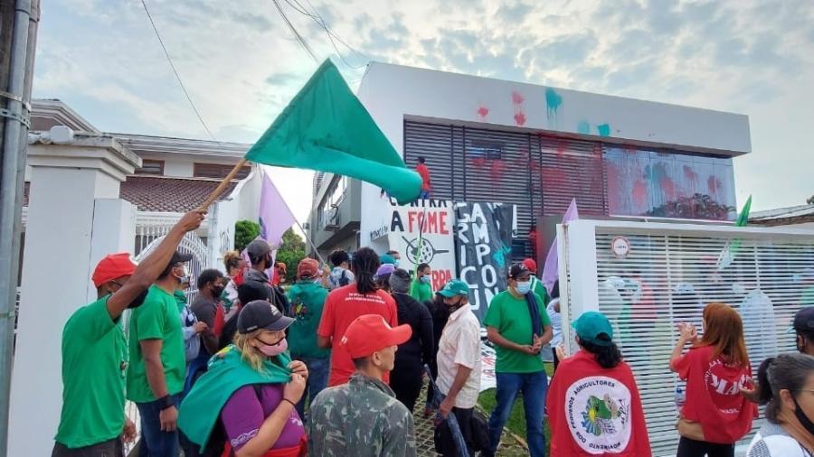 Manifestantes picham e pintam sede sede do Aprosoja, em Brasília  - Divulgação/Via Campesina Brasil