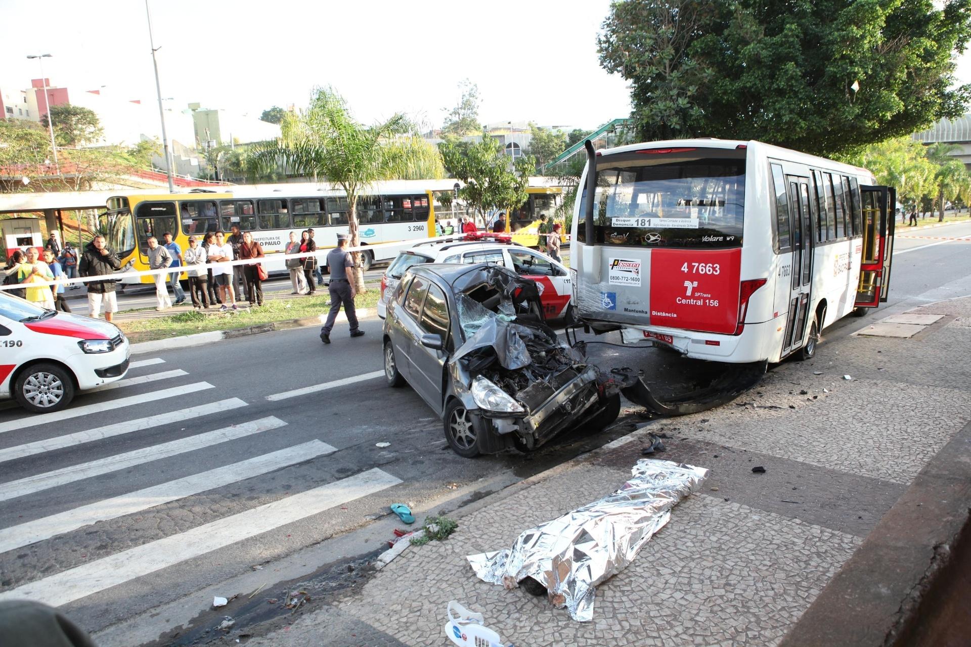 21.jul.2015 - Uma pessoa morreu em um acidente durante perseguição policial  em 3eb9aad452