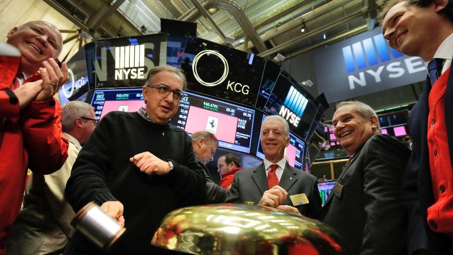 Na Bolsa de NY, Sergio Marchionne (de óculos) e executivos da Ferrari: marca de luxo seriam poupadas de venda - Lucas Jackson/Reuters