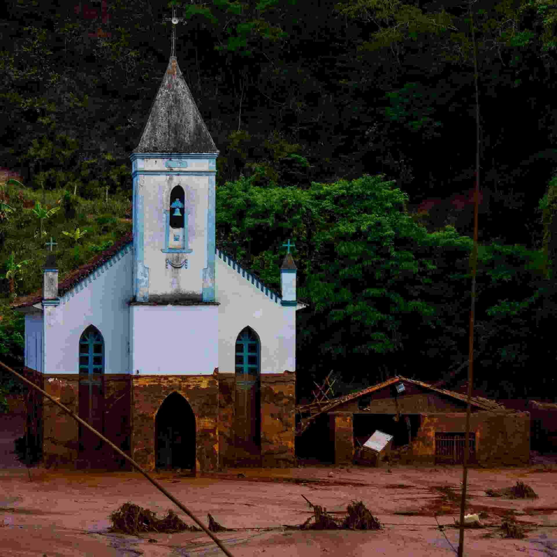7.nov.2015 - Apenas a antiga igreja resistiu à avalanche de lama em Gesteira Velha - Caio Santos/UOL