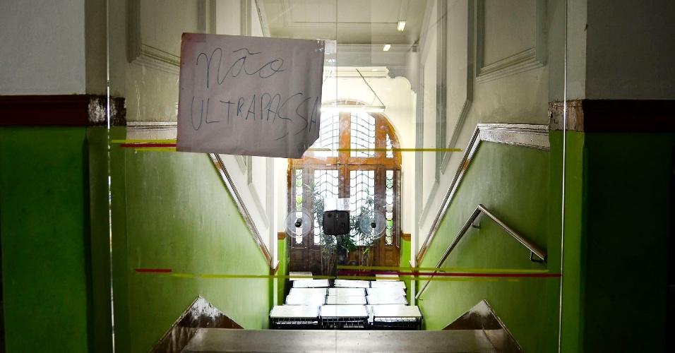 A entrada da diretoria foi bloqueada na ocupação da Escola Estadual Caetano de Campos. Os alunos protestam contra a reorganização escolar proposta pela Secretaria de Educação