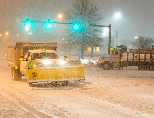 Washington e a região metropolitana vive expectativa maior, já que a cidade não está acostumada a lidar com o acúmulo de neve, que pode superar o recorde de janeiro de 1922, quando 71 centímetros cobriram as ruas - Michael Reynolds/EPA/Efe