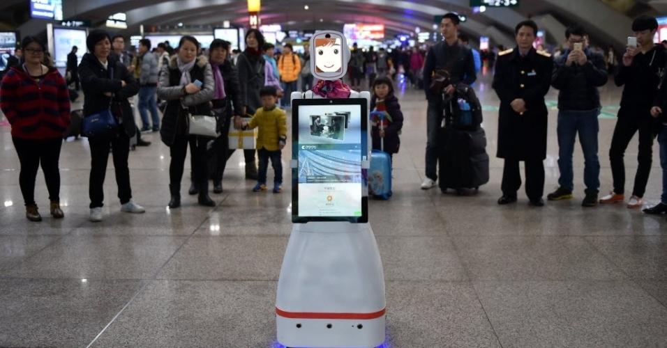 1º.fev.2016 - A robô Xiao Lu atrai a atenção de passageiros na estação ferroviária de Guangzhou, na China, ao oferecer informações sobre viagens em uma tela