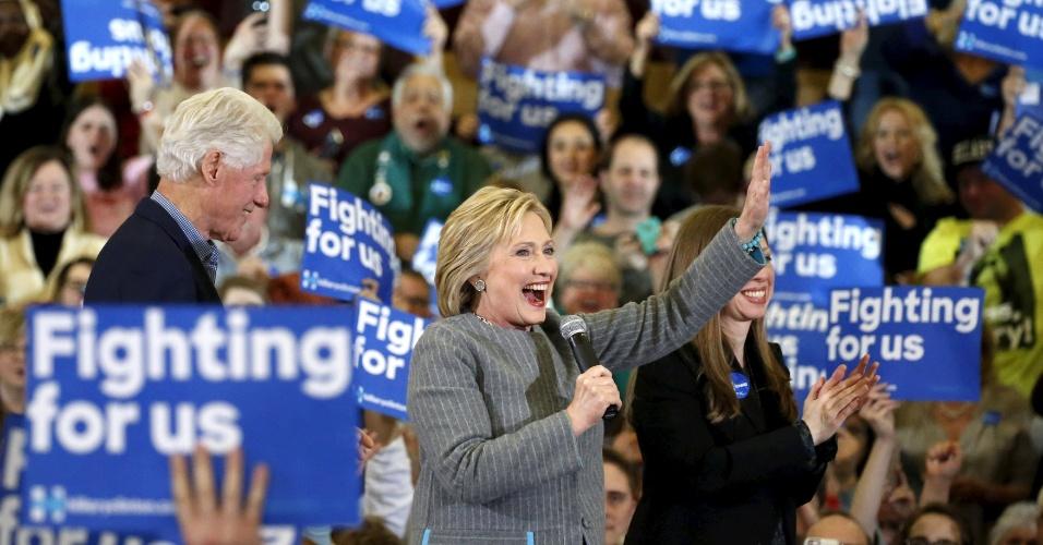 1º.fev.2016 - Acompanhada do marido Bill Clinton e da filha Chelsea, a pré-candidata democrata à Casa Branca Hillary Clinton acena a apoiadores no último discurso no Estado de Iowa um dia antes da primeira das votações prévias que vão definir os candidatos oficiais dos partidos, que acontece nesta segunda-feira (1º)