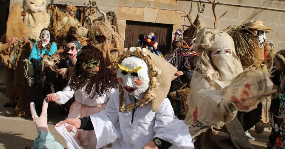 BURGOS, ESPANHA - Em Mecerreyes, cidade de Burgos, na Espanha, foliões festejam o chamado 'El Gallo de Carnaval'