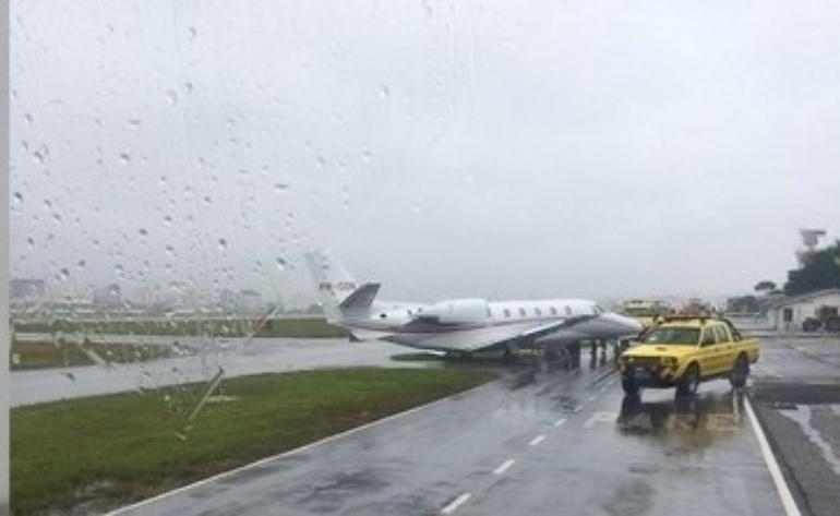 1º.mar.2016 - Uma aeronave saiu da pista de Congonhas, em São Paulo, e atolou na área gramada do aeroporto. O comandante tentou corrigir o táxi ao ingressar no sentido errado da pista. Apesar do ocorrido, o aeroporto informou que opera em condições normais