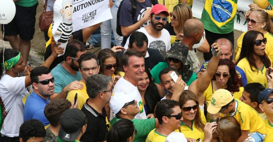 13.mar.2016 - Manifestantes tiram fotos com o deputado federal Jair Bolsonaro (PSC-RJ) durante ato contra a presidente Dilma e a favor do impeachment e da operação Lava Jato na Esplanada dos Ministérios, em Brasília