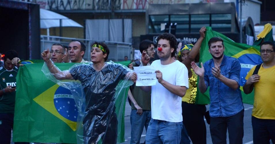 17.mar.2016 - Manifestantes fecham a avenida Paulista nesta manhã, após permanecerem em vigília e interrompendo a circulação na via durante a madrugada. Cerca de cem manifestantes passaram a noite em frente ao prédio da Fiesp. Eles armaram uma barraca no meio da via e tinham cartazes pedindo a saída da presidente Dilma e fim da corrupção