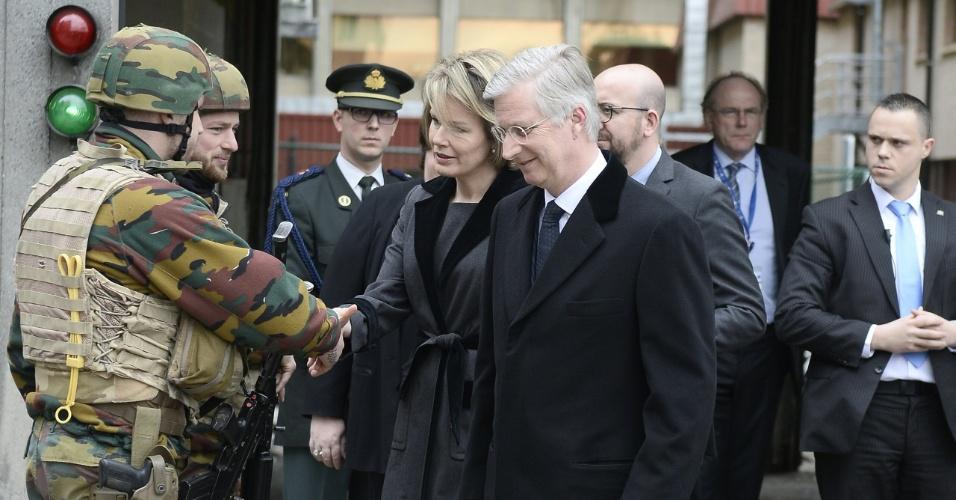 23.mar.2016 - Rei Filipe da Bélgica e a rainha consorte Matilde cumprimentam um soldado depois de visitar vítimas dos ataques terroristas em um hospital de Bruxelas