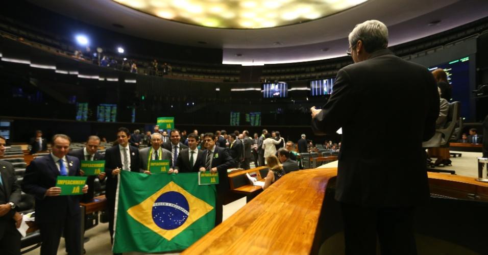 15.abr.2016 - O líder do PSDB na Câmara dos Deputados, Antonio Imbassahy (BA), discursa no plenário da Câmara dos Deputados enquanto parlamentares da oposição seguram faixas e cartazes pedindo o impeachment de Dilma Rousseff. 'Ela mentiu aos brasileiros e os induziu a erro ao prometer o que não poderia cumprir', argumentou