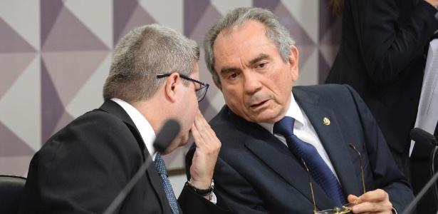 O presidente da comissão especial de impeachment do Senado, Raimundo Lira (PMDB-PB) (à dir), conversa com o relator Antonio Anastasia (PSDB-MG)
