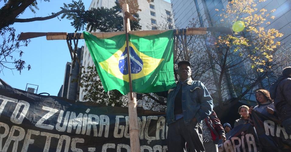 """1º.mai.2016 - Um protesto chamado """"Fora Todos Eles"""" acontece neste domingo na avenida Paulista, em São Paulo, para marcar o dia do Trabalho. Manifestantes ergueram uma cruz com uma enxada, uma foice de cada lado e a bandeira do Brasil no meio, simbolizando o trabalho no campo, a luta e a morte pela terra do trabalhador sem terra nos acampamentos do país"""