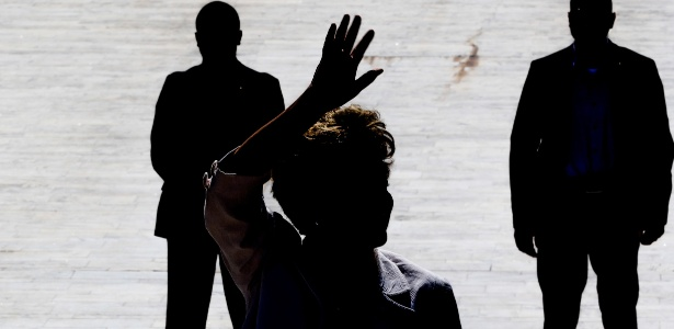 Dilma Rousseff cumprimenta militantes após seu afastamento nesta quinta (12)