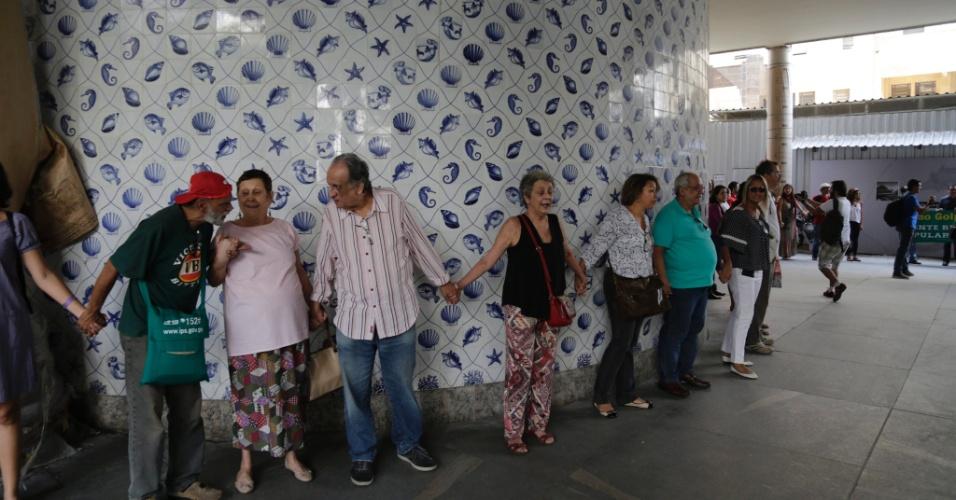 16.mai.2016 - Artistas ocupam e abraçam o palácio Gustavo Capanema, prédio no Rio que serviu como sede do Ministério da Cultura, em protesto contra o governo de Michel Temer e o fim da pasta