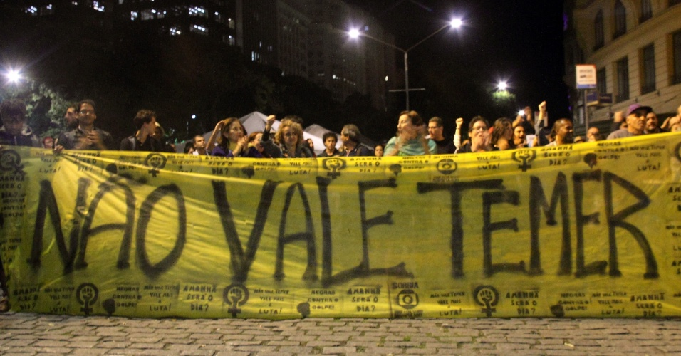 """23.mai.2016 - Manifestantes protestam contra o governo interino de Michel Temer na Cinelândia, centro do Rio, após a publicação da gravação em que o ministro do Planejamento, Romero Jucá, aparece falando em fazer um """"pacto"""" para conter a operação Lava Jato, incluindo a mudança de governo. A gravação foi feita antes da votação da admissibilidade do impeachment de Dilma Rousseff"""