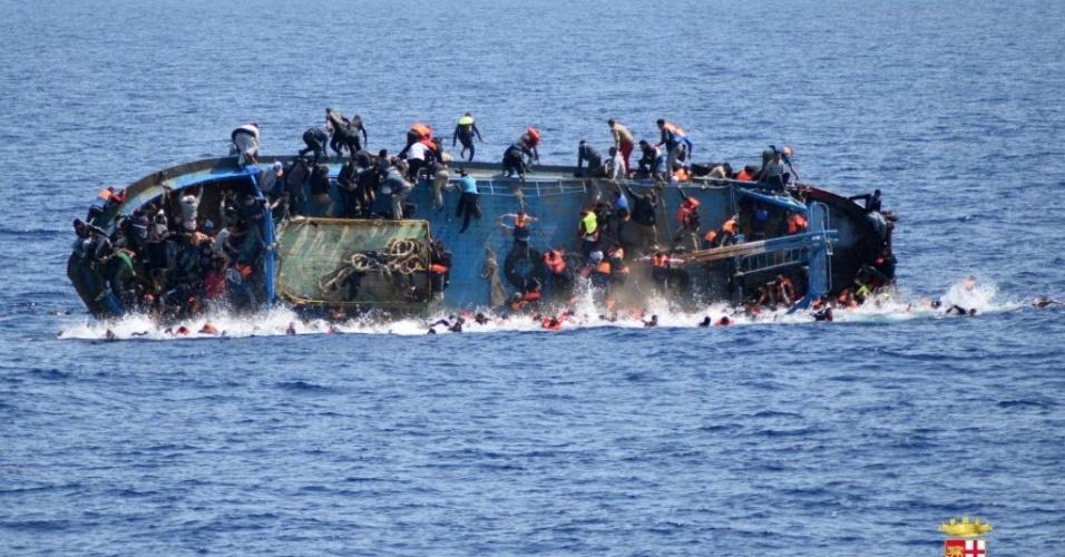 25.mai.2016 - Um barco que levava mais de 500 imigrantes tombou em águas internacionais a 18 milhas do litoral da Líbia.  Pelo menos sete pessoas morreram. Duas embarcações da Marinha militar italiana conseguiram resgatar 500 pessoas. As autoridades ainda não sabem informam quantas estariam desaparecidas