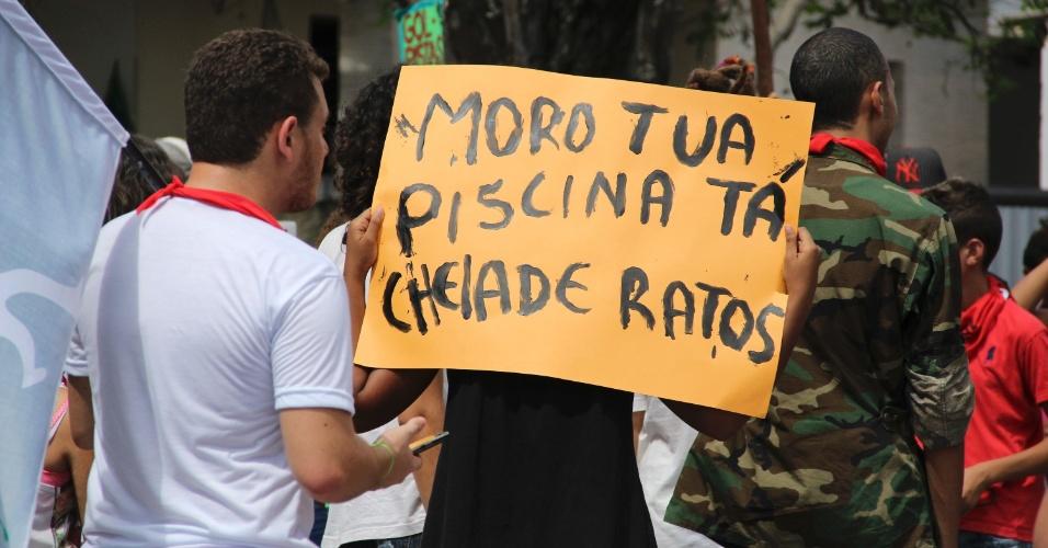 28.mai.2016 - Um grupo realizou um protesto contra a atuação do juiz Sérgio Moro, responsável pela Operação Lava Jato na 13ª Vara Federal de Curitiba, na porta de um centro cultural em João Pessoa, onde o juiz proferiu uma palestra sobre combate à corrupção na manhã deste sábado. Os manifestantes também portavam cartazes contra o processo de impeachment da presidente afastada Dilma Rousseff. Um outro grupo, menor, levou cartazes de apoio a Moro e à Lava Jato