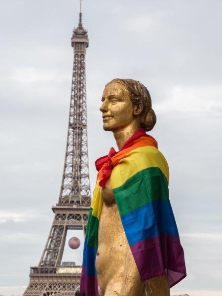 Bandeira LGBT é colocada sobre estátua próximo à torre Eiffel, em Paris - Xinhua