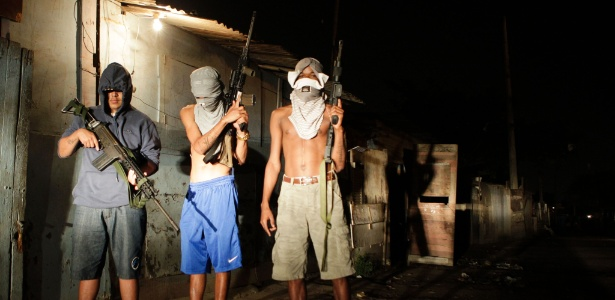 20.ago.2016 - Jovens traficantes posam com fuzis em favela do Rio de Janeiro  - Diego Herculano/AFP