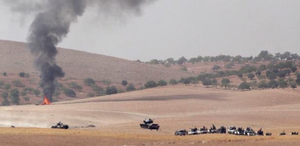 Tanques do Exército da Turquia avançam na fronteira com a Síria