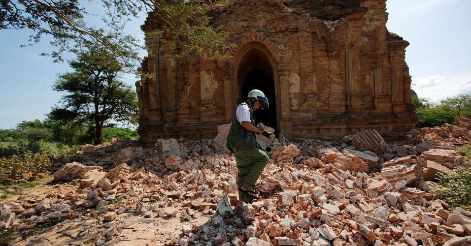 25.ago.2016 - Oficial faz buscas em templo parcialmente destruído em sítio arqueológico de Bagan, em Mianmar. Um terremoto de magnitude 6,8 na escala Richter atingiu o país e danificou quase cem templos centenários da região