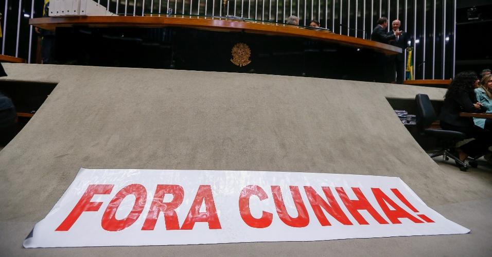 12.set.2016 - Parlamentares favoráveis à cassação do mandato do deputado afastado Eduardo Cunha (PMDB-RJ) levaram uma faixa pedindo a saída de Cunha para o plenário da Câmara dos Deputados