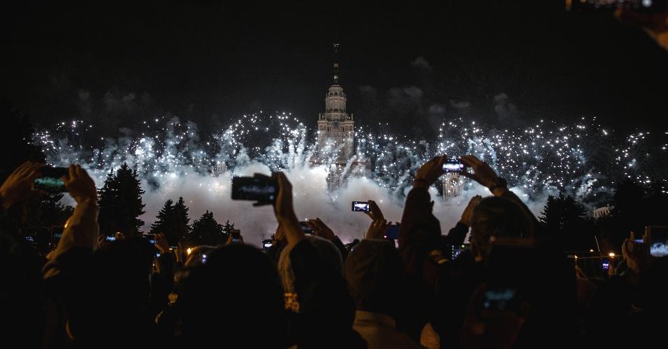 25.set.2016 - Pessoas tiram fotos durante festival internacional de fogos de artifício em Moscou, na Rússia