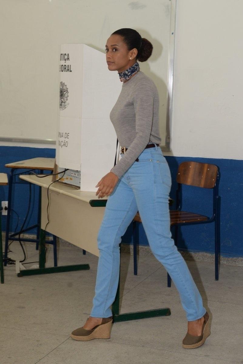 2.out.2016 - A atriz Taís Araújo votou nesta manhã em um colégio da Barra da Tijuca, na cidade do Rio de Janeiro (RJ)