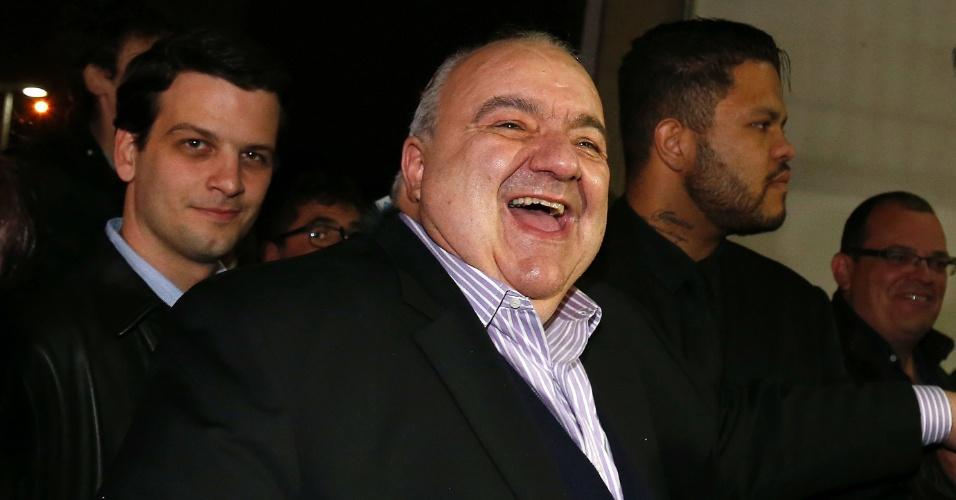 2.out.2016 - Rafael Greca (PMN) comemora após ser confirmado no segundo turno da eleição para a Prefeitura de Curitiba. Ele disputará o cargo com Ney Leprevost (PSD)