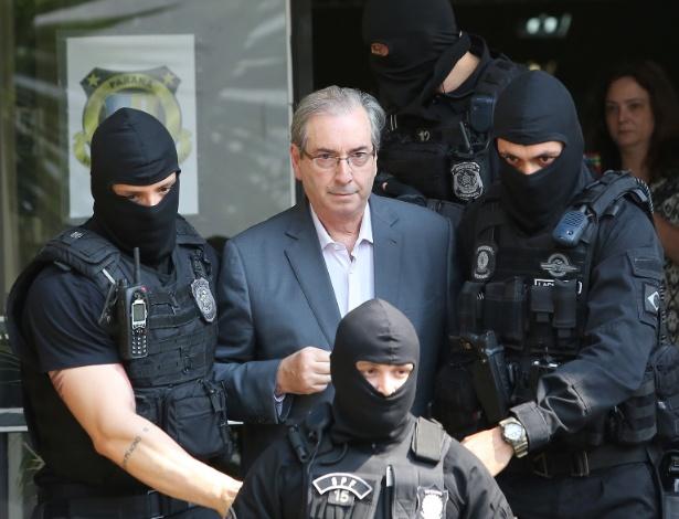 Eduardo Cunha é levado ao IML de Curitiba por policiais usando balaclava