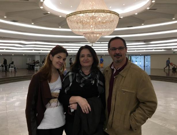 Janderson Rampinelli, Luciana e sua filha Fernanda se impressionaram com o lustre do clube