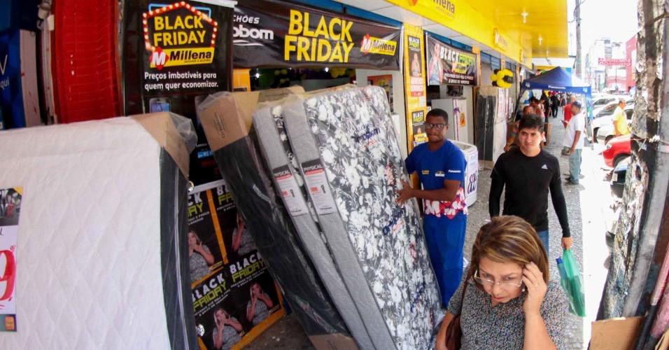 25.nov.2016 - Lojas no centro do Recife (PE) anunciam promoções de Black Friday nesta sexta-feira (25)