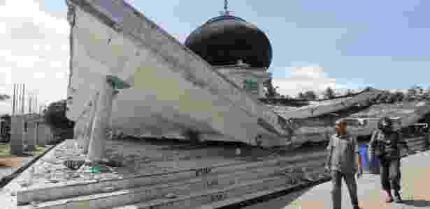 Mesquita desaba devido ao terremoto, em Pidie Jaya, na província de Aceh - Antara Foto/ Irwansyah Putra via Reuters