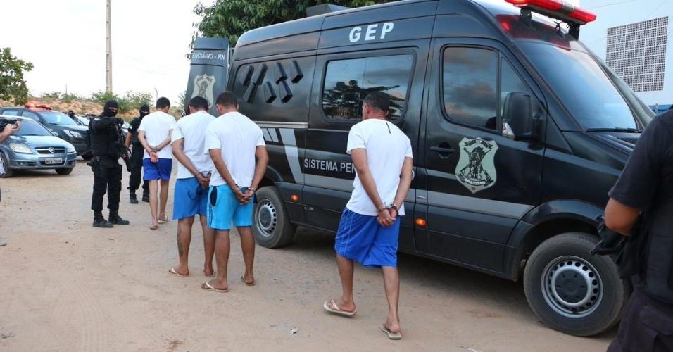 16.jan.2017 - Suspeitos de liderar rebelião na penitenciária estadual de Alcaçuz (RN) são transferidos