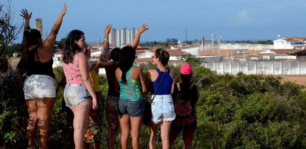 17.jan.2017 - Mulheres de presos acompanham à distância o motim na penitenciária de Alcaçuz, Nísia Floresta (RN)