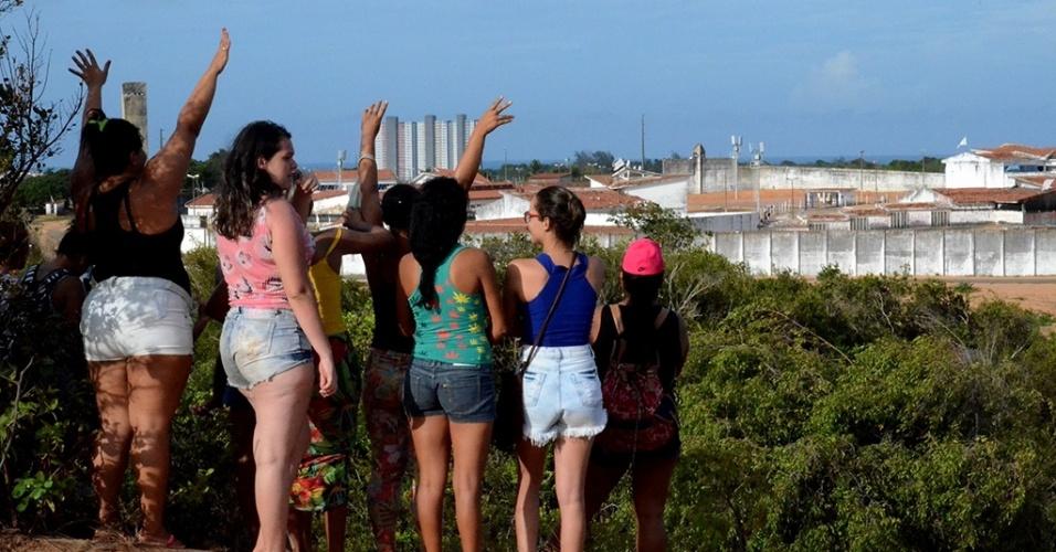 17h.jan.2017 - Mulheres de presos acompanham à distância o motim na penitenciária de Alcaçuz, Nísia Floresta (RN)