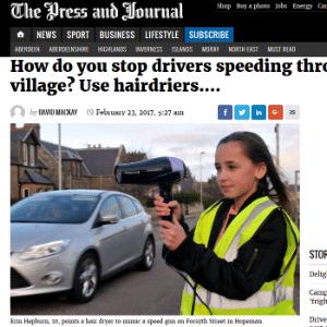 """Reportagem do jornal """"The Press and Journal"""" mostra a garota Erin Hepburn usando um secador de cabelo como se fosse um radar móvel"""
