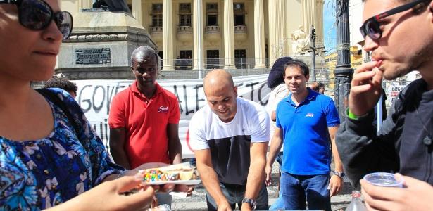 29.mar.2017 - Manifestantes levam bolo à frente da Alerj para comemorar a prisão de cinco conselheiros do TCE