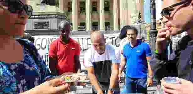 29.mar.2017 - Manifestantes levam bolo à frente da Alerj para comemorar a prisão de cinco conselheiros do TCE - MAíRA COELHO/AGÊNCIA O DIA/AGÊNCIA O DIA/ESTADÃO CONTEÚDO