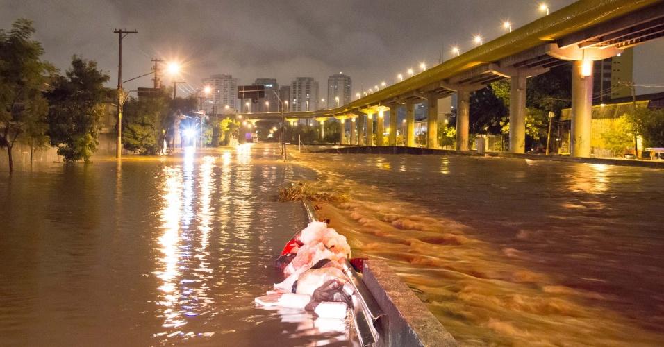 7.abr.2017 - Chuva provoca alagamento na avenida do Estado, no Ipiranga, em São Paulo (SP), na madrugada desta sexta-feira