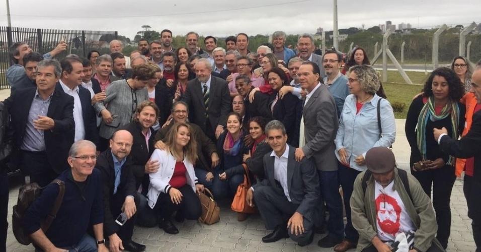 10.mai.2017 - O ex-presidente Luiz Inácio Lula da Silva (ao centro) e a ex-presidente Dilma Rousseff (próxima a Lula, à esquerda) são recebidos por comitiva de deputados e senadores do PT no aeroporto Afonso Pena, em Curitiba. Lula irá depor ao juiz Sergio Moro em audiência da Operação Lava Jato