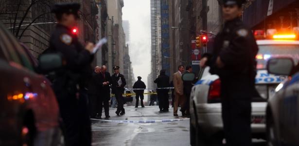 10.dez.2012 - Polícia de Nova York na Rua 58 Oeste, local do assassinato
