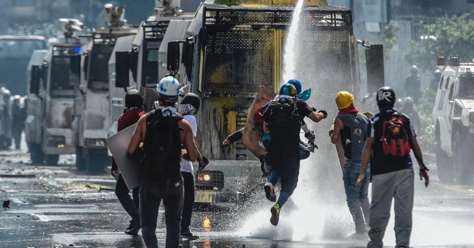 """29.mai.2017 - Muitos confrontos ocorrem na estrada Francisco Fajardo, enquanto manifestantes tentam chegar ao centro de Caracas e deparam com a fila de veículos brancos, que agora já ganharam apelidos. Um é conhecido como """"A baleia"""", por seu jato de água em cima. """"O morcego"""" tem barreiras que se estende pelas laterais para bloquear ruas. Outro é chamado de """"Rinoceronte""""."""
