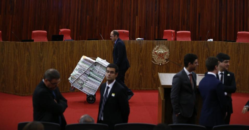 Funcionário do TSE atravessa o plenário ainda vazio carregando uma pilha de documentos antes do início do julgamento da chapa Dilma-Temer. O processo contra a chapa eleita em 2014 tem mais de 8.500 folhas, além de mais de 390 documentos anexos