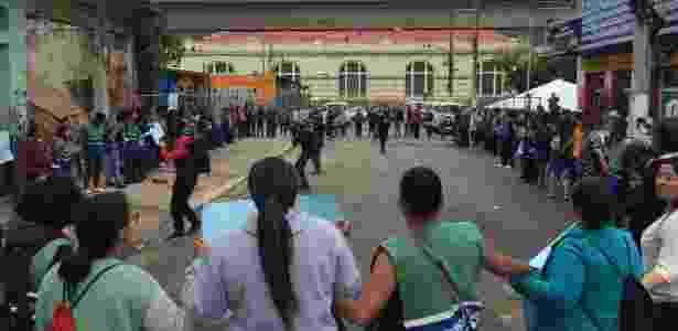 Os manifestantes fizeram uma roda e homenagearam a assistente social presa pela PM enquanto trabalhava, nessa terça (20) - Janaina Garcia/UOL - Janaina Garcia/UOL