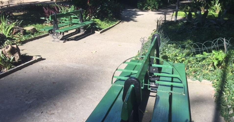 No Parque Eduardo Guinle, onde se localiza o Palácio Laranjeiras, residência oficial do governador Luiz Fernando Pezão, os bancos têm uma divisão de ferro para que moradores de rua não durmam no local